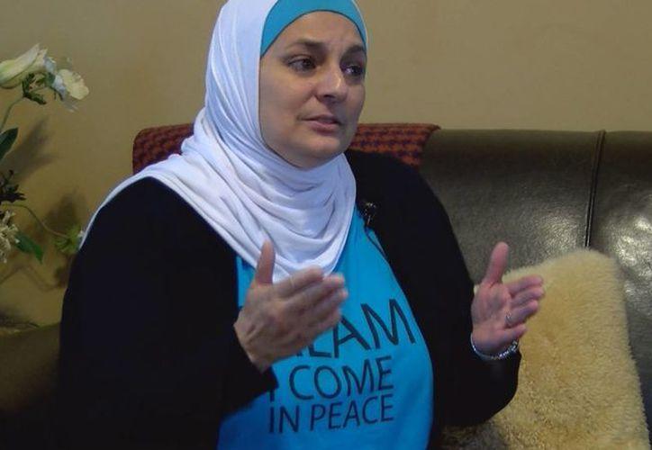 """Rose Hamid, una azafata de 56 años, asistió al mitin de Donald Trump en la comunidad de Rock Hill, Carolina del Sur, con una camiseta que mostraba la palabra """"Salam"""", un saludo que se traduce como """"la paz sea contigo"""", y la frase """"Vengo en paz"""". (Imagen tomada de wbtv.com)"""