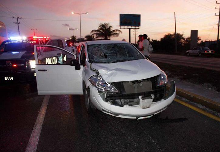 El Nissan Tiida blanco, matrícula de Chiapas DRC-93-60, arrolló al hoy occiso sobre el bulevar Colosio. (Redacción/SIPSE)
