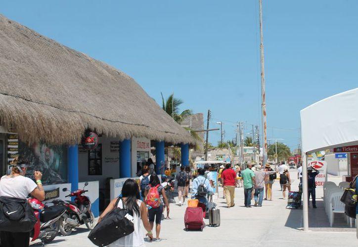 Arriban de dos a tres mil personas al día a disfrutar de las bellezas naturales de la isla. (Raúl Balam/SIPSE)