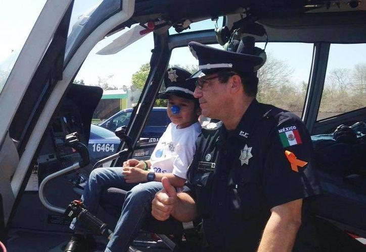Brandon Alexis Tuyub Noh, de siete años de edad, fue nombrado como Policía honorario y cumplió su sueño de viajar en un helicóptero. (Luis Fuente/Milenio Novedades)