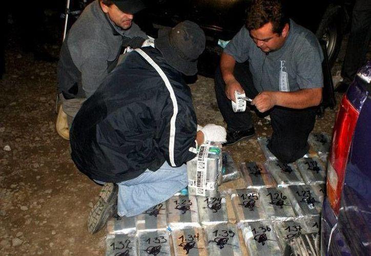 """La cocaína se identificó como propiedad de la banda de """"Los Rastrojos"""". (EFE)"""