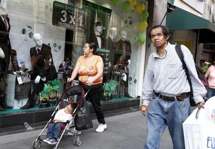 """En tiendas y centros comerciales no hubo """"compras de pánico"""" por el Día del Padre, los chocolates, las lociones y la ropa para caballero se quedaron en sus anaqueles. (Notimex)"""