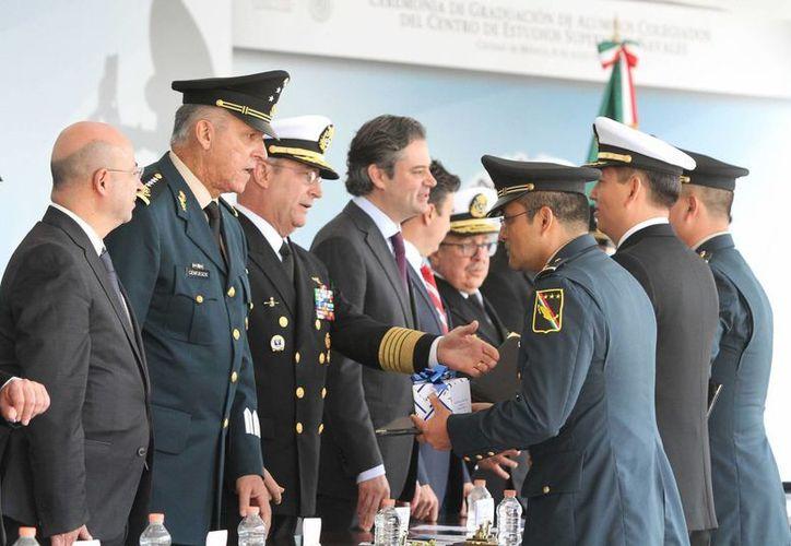 Renato Sales Heredia, general Salvador Cienfuegos, almirante Vidal Francisco Soberón Sanz y Aurelio Nuño, presidieron la ceremonia de clausura de cursos en el Cesnav. (Notimex)