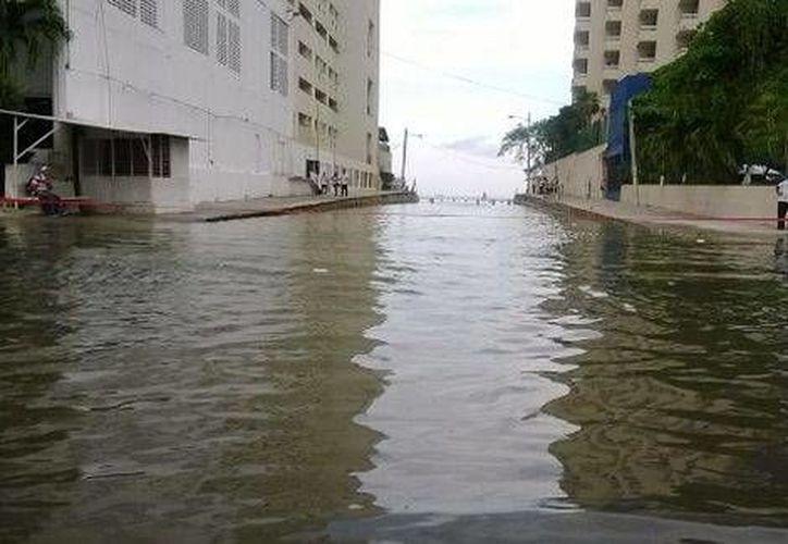 El agua llegó hasta la costera Miguel Alemán, por lo que inundó ambos sentidos a lo largo de 200 metros, sin ocasionar ningún daño. (Milenio)