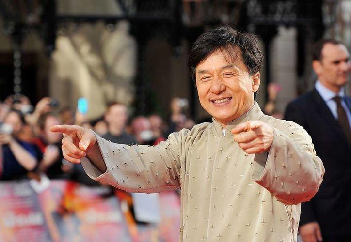 Además de ser uno de los astros de cintas de acción más famoso del mundo, Jackie Chan lanzó álbumes de pop en mandarín en los 90 con un éxito moderado. (Facebook/Jackie Chan)