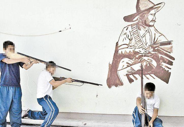 Los menores combatían con rifles de utilería hechos de madera y metal en Oaxaca. (Milenio)