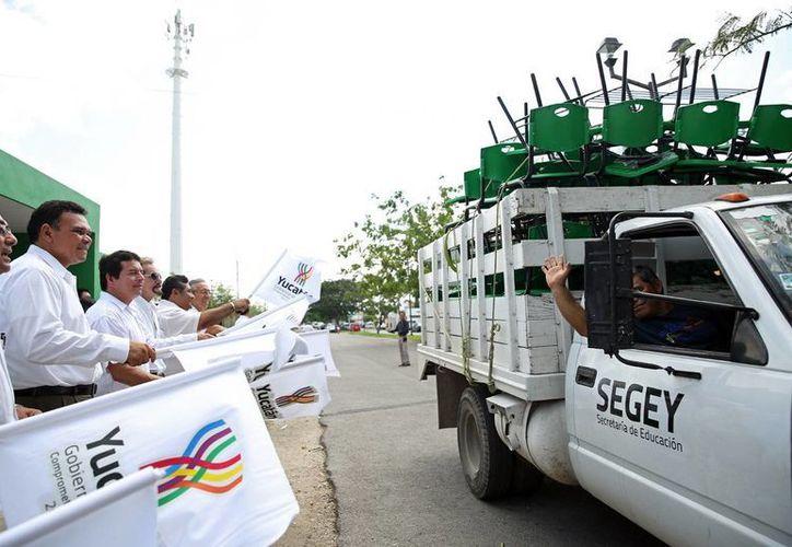 Ayer salió el primer 'embarque' de muebles escolares hacia planteles de 5 municipios. (Cortesía)
