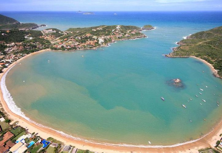 Vista aérea de la Playa de Herradura, en Buzios, Brasil, donde esta mañana  se suscitaron hechos violentos que alejaron a los turistas que tenían práticamente acaparado el lugar. (taringa.net)
