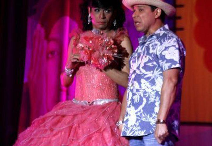 La quinceañera Xóchitl Janet y el Costeño deslumbraron a los asistentes con su actuación. (Francisco Gálvez/SIPSE)