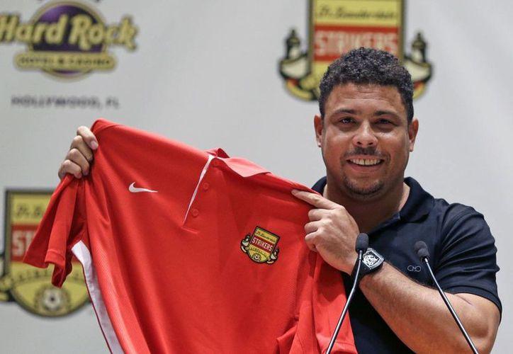 Ronaldo Nazario con el jersey de Strikers de Fort Lauderdale, club del que es accionista y con el que podría volver a jugar futbol soccer profesional. (Foto: AP)