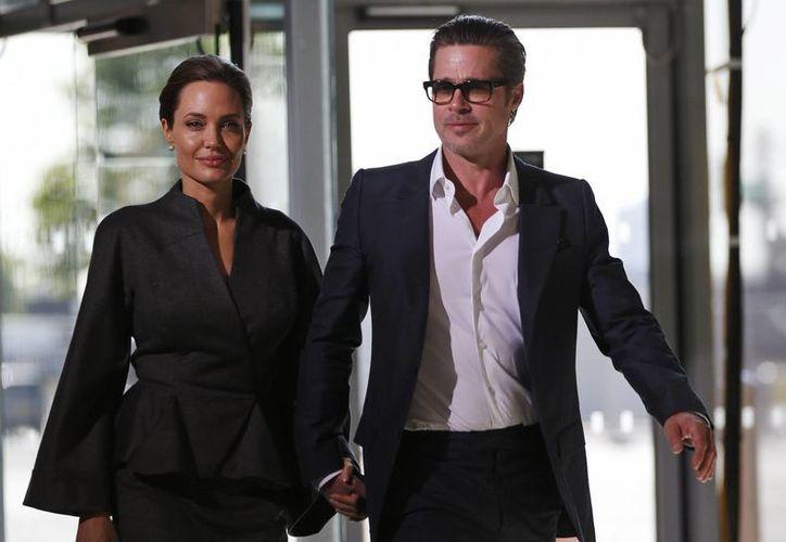 """Angelina Jolie y Brad Pitt al llegar a la cumbre """"Fin a la Violencia Sexual en los Conflictos"""" en Londres. La pareja se casó el pasado pasado en Francia. (Foto de archivo: Agencias)"""