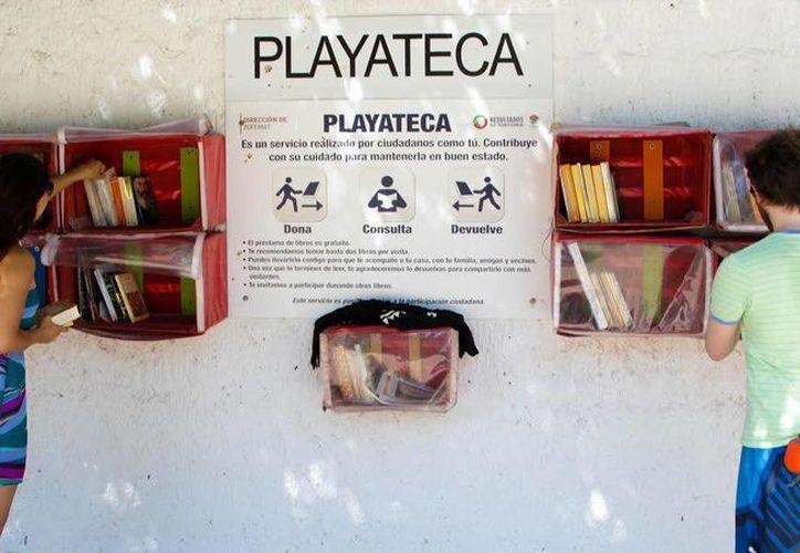 Los libros de las Playatecas se juntan con la donación altruista de los visitantes. (Redacción/SIPSE)