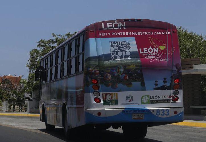 Las publicidades circulan en autobuses urbanos de la zona hotelera. (Israel Leal/SIPSE)