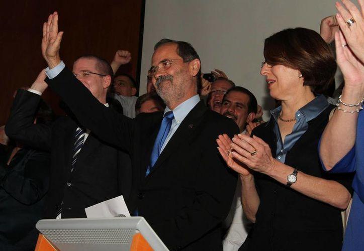 Gustavo Madero festeja con su equipo el triunfo que obtuvo este domingo en las elecciones internas del PAN. (Notimex)