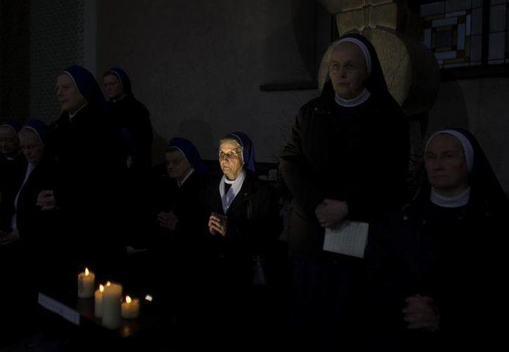 Unas monjas rezan durante una misa en honor a Benedicto XVI oficiada en la catedral de Saint Hedwig en Berlín, Alemania. (EFE/Archivo)