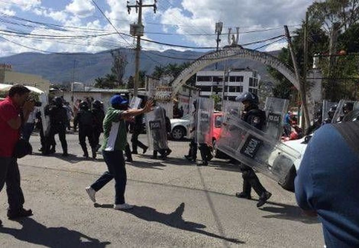 Los maestros intercambiaron pedradas con los policías antimotines desplegados cerca del Congreso de Guerrero. (Milenio)