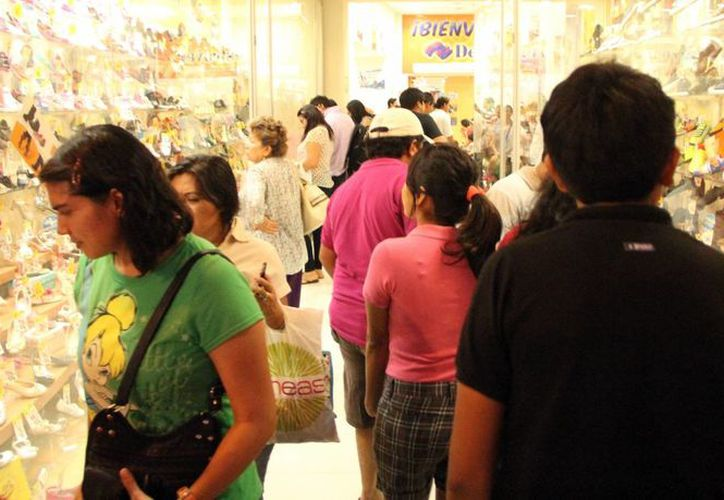 Muchos comercios del centro de Mérida se registran con lleno total, debido a la temporada navideña. (Milenio Novedades)