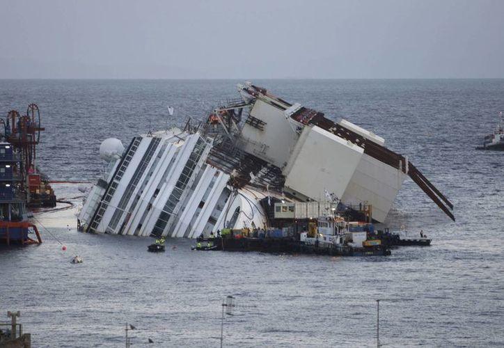 Tras cinco horas de trabajo el barco se había enderezado de unos tres grados. (Agencias)