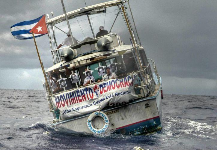 """Una flotilla del exilio cubano de Miami zarpó a las costas de Cuba con unos cuarenta activistas para conmemorar con fuegos artificiales el vigésimo aniversario del hundimiento del remolcador """"13 de marzo"""" que ocasionó la muerte de 37 personas. (EFE/Archivo)"""