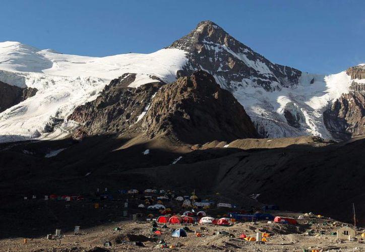 El Aconcagua, llamado también 'techo de América' se sitúa en la frontera entre Chile y Argentina. (EFE/Archivo)