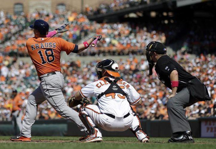Marc Krauss de los Astros de Houston batea un jonrón de dos carreras en el séptimo inning ante los Orioles de Baltimore. (AP)