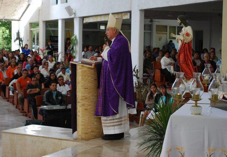 Alrededor de 800 feligreses escucharon a Pedro Pablo Elizondo Cárdenas. (Tomás Álvarez/SIPSE)