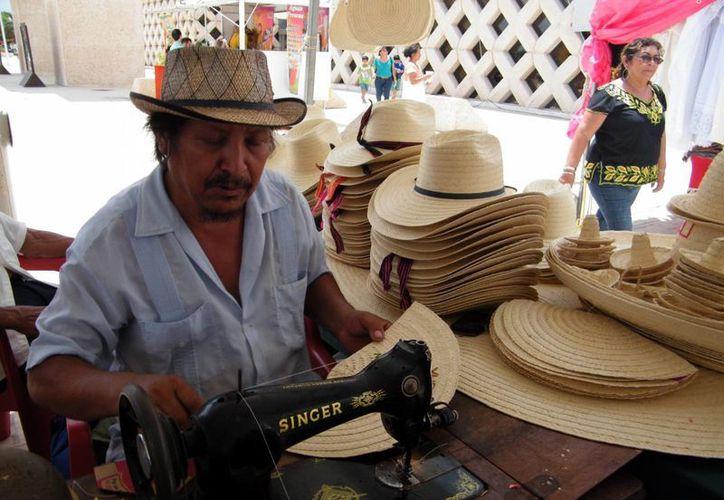 Algunos artesanos compartirán espacios en la Semana de Yucatán. (Jaime Tetzpa/SIPSE)