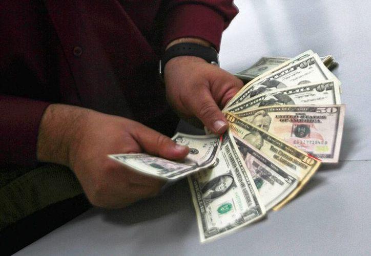 El dinero que 'pase' por manos de mexicanos en el extranjero será fiscalizado por Hacienda, gracias a un acuerdo que México firmó con por lo menos 50 países, para intercambiar datos. La imagen es de contexto. (NTX/Archivo)