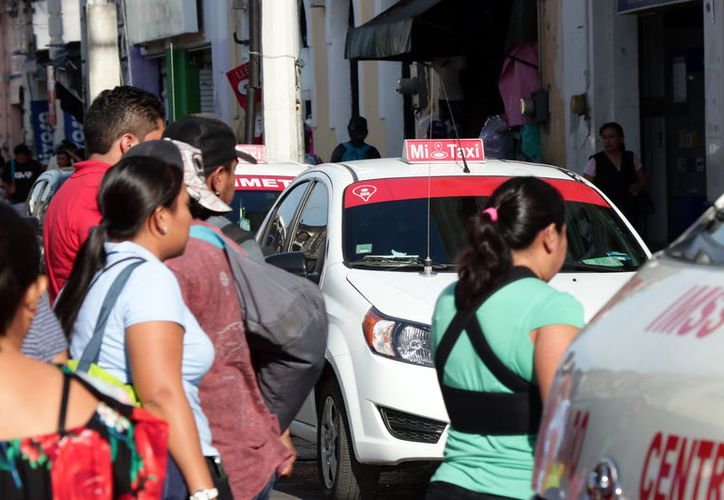 La competencia ilegal golpea a los taxistas. (Foto: Jorge Acosta/ Milenio Novedades)