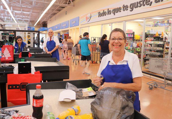 Cada uno de los 447 adultos mayores que trabajan como empacadores deben estar afiliados al Issste. (Adrián Barreto)