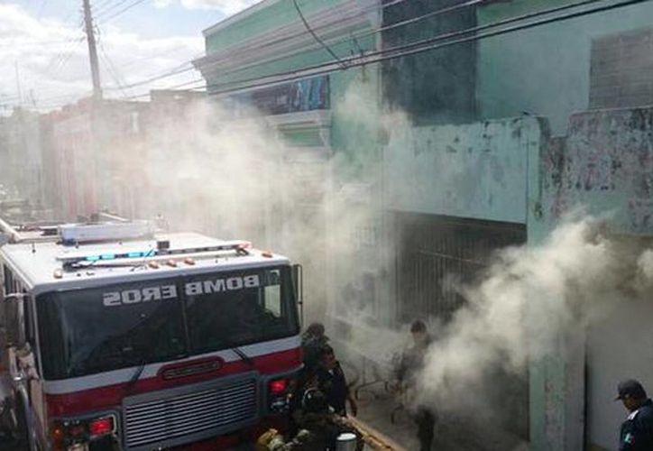Imagen del incendio de una casa ubicada en la calle 60 x 71 y 72 en el centro de Mérida. (@PoliciaYucatan)