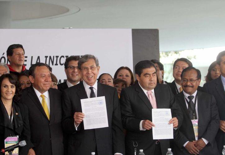 Cárdenas (c) estuvo acompañada por Luis Miguel Barbosa, Jesús Zambrano, y Silvano Aureoles, entre otros perredistas. (Notimex)