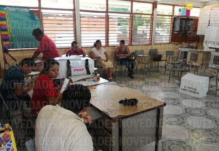 Ciudadanos que estaban formados para votar fueron capacitados para abrir la casilla 406, en Bacalar. (Javier Ortíz/Bacalar)
