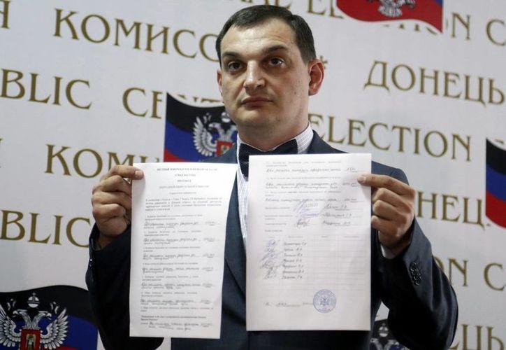 El jefe de la Comisión Electoral Central, Roman Lyagin, muestra los resultados del referéndum durante una rueda de prenda en Donetsk, Ucrania. (EFE)