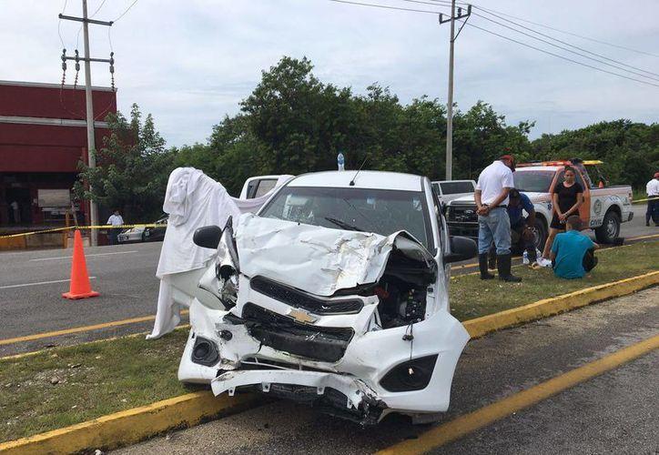 En el interior del auto tipo Spark, se encontró a una mujer y un menor de edad sin vida. (Redacción/SIPSE)