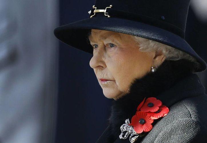 La monarca depositó una ofrenda floral en un memorial del centro de Londres. (Agencias)