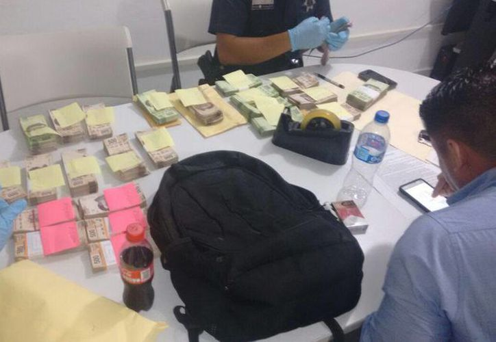 Una persona fue detenida en la carretera Mérida-Cancún. Llevaba, en una maleta, más de 2 millones de pesos en efectivo. (SIPSE)