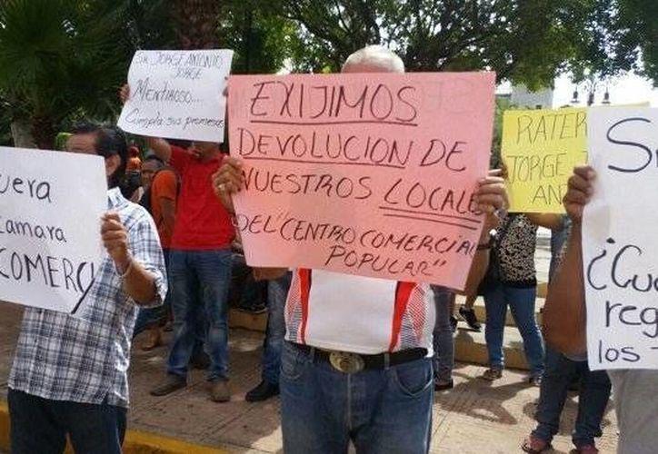 Tianguistas y locatarios de mercados de Mérida aseguran que los quieren dejar fuera del reglamento y que no han recibido los apoyos prometidos. (SIPSE)