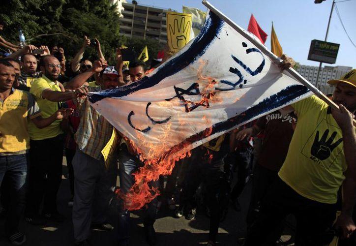 Los partidarios del derrocado presidente de Egipto Mohammed Morsi queman una bandera israelí. (Agencias)