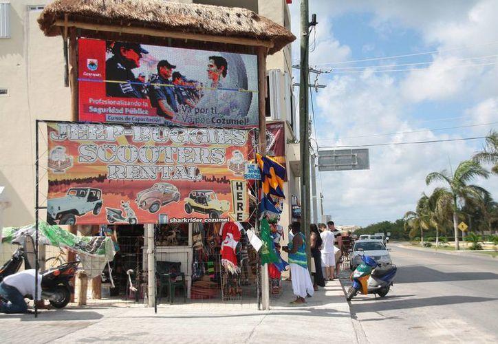 Publicidad en una pantalla luminosa que se ubica en la zona sur de la isla. (Julián Miranda/SIPSE)