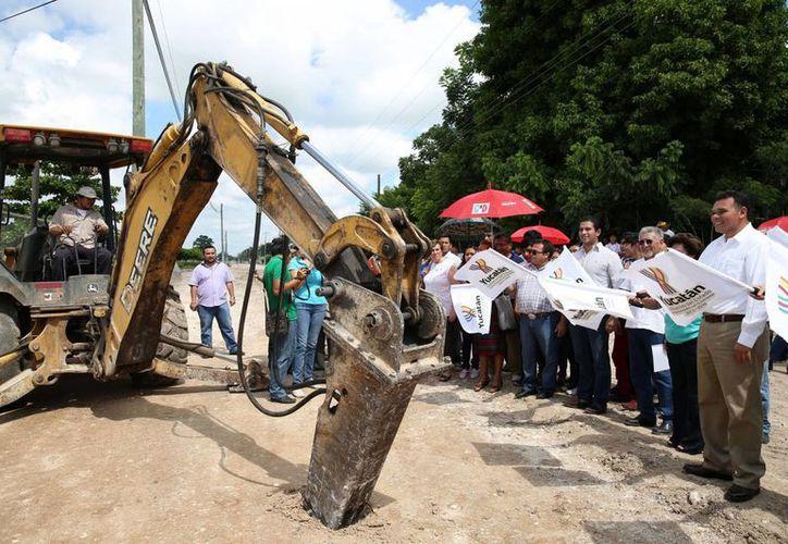 El banderazo de inicio de los trabajos de construcción y rehabilitación de calles en Tizimín.  (Cortesía)