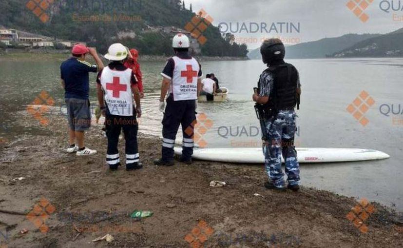 Al lugar acudieron familiares tras ser notificados sobre el accidente con la tabla de surfing, que fue recuperada en el embalse. (Quadratín)