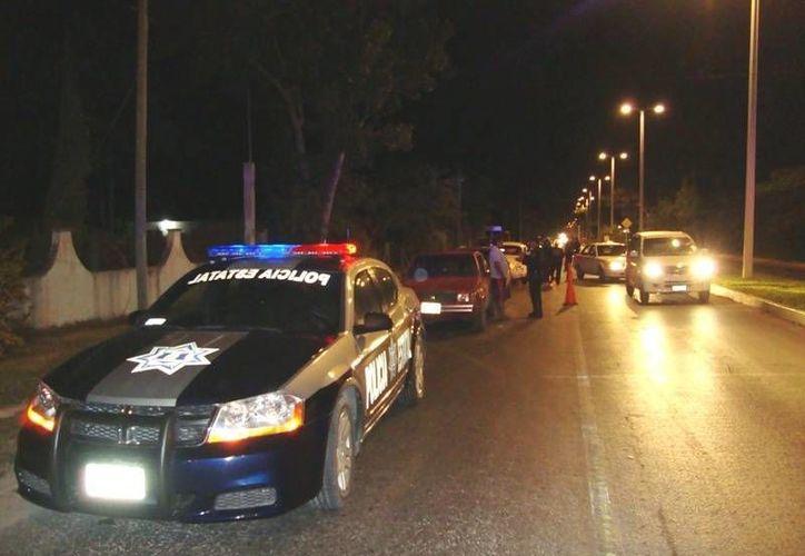Automovilistas esperan a que llegue su conductor designado, tras no pasar la prueba del alcoholímetro. (Paloma Wong/SIPSE)