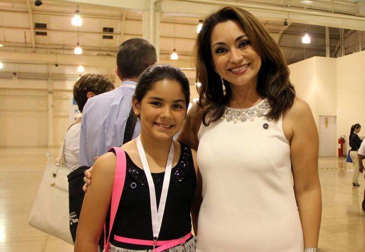 La niña Vivian Gamboa Durán y su madre Helena Durán González, quien esta al frente de la Federación Mexicana de Diabetes. (José Acosta/SIPSE)