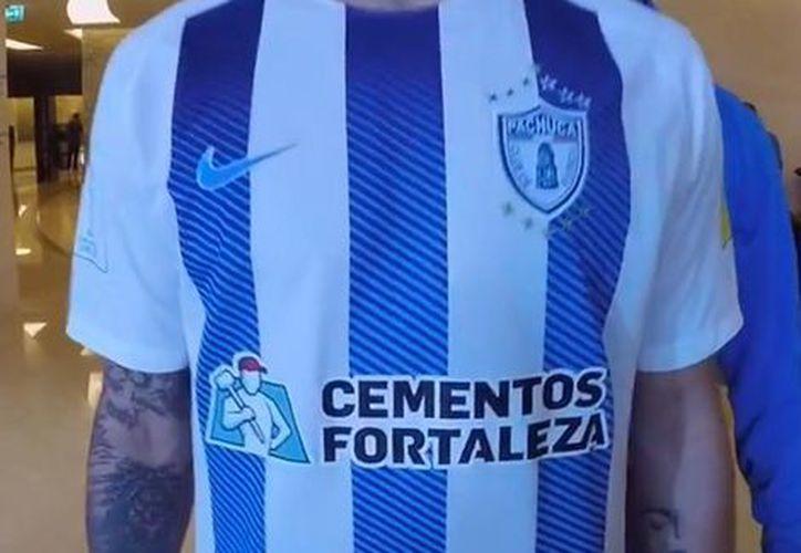 En el nuevo uniforme del Pachuca destaca el cambio de tipografía. (Milenio)