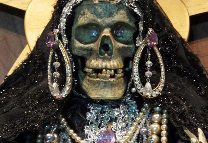 Con frecuencia, la figura de la Santa Muerte se relaciona con actividades ilícitas. (AP)