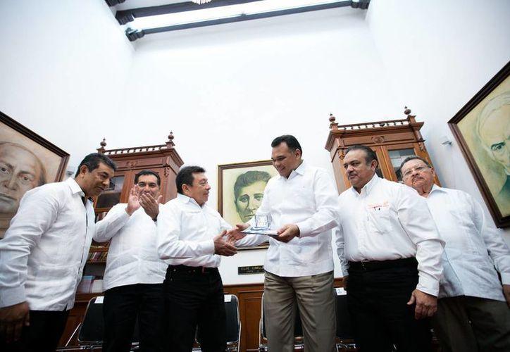 El gobernador Rolando Zapata se reunió este viernes con autoridades del Sindicato Nacional de Trabajadores de la Educación (SNTE). (Foto cortesía del Gobierno estatal)