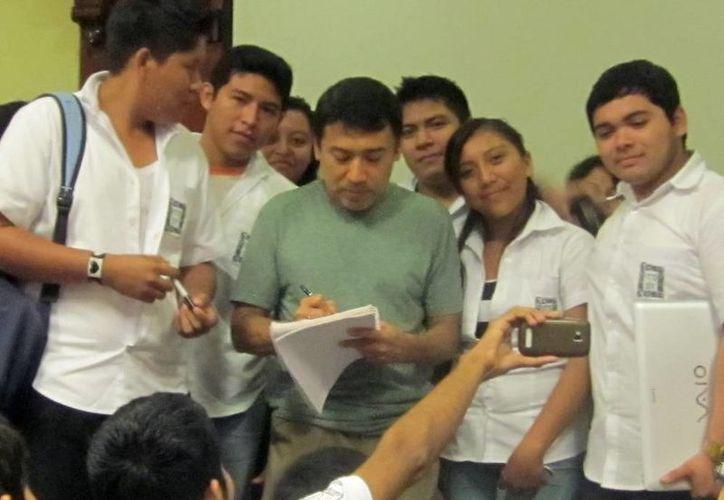 El oxkutzcabense Francisco Cámara Barbosa (camisa verde) acompañado de alumnos yucatecos en un encuentro en Mérida. (Milenio Novedades)