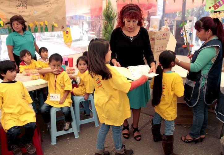 Esta es la segunda ocasión en que se celebra el concurso de ingreso a la docencia, como parte de la Reforma Educativa. Imagen de un grupo de maestras al frente de un salón de clases. (Archivo/Notimex)