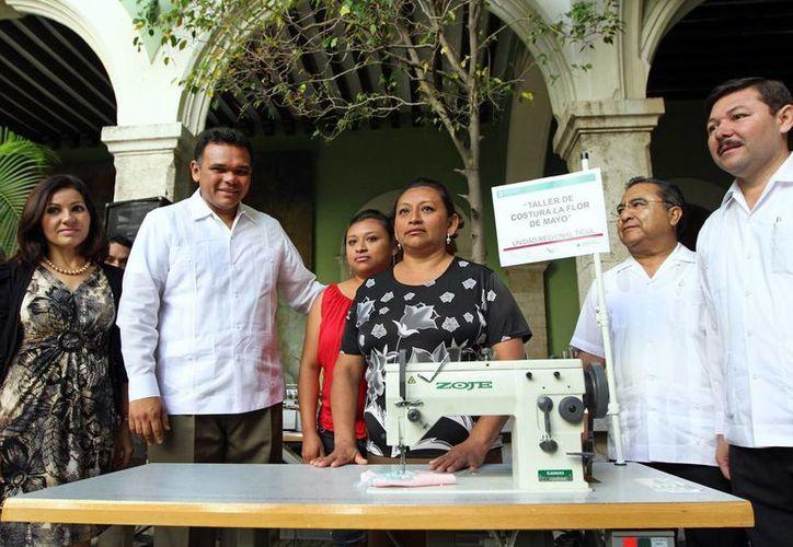 El gobernador Rolando Zapata Bello entregó ayer apoyos a mujeres que fomentan micronegocios. (SIPSE)